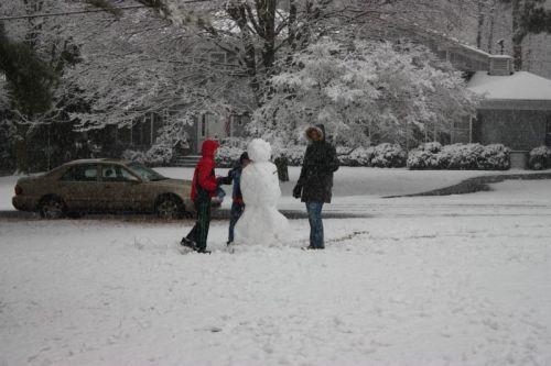 Der erste Schneemann ist fast fertig