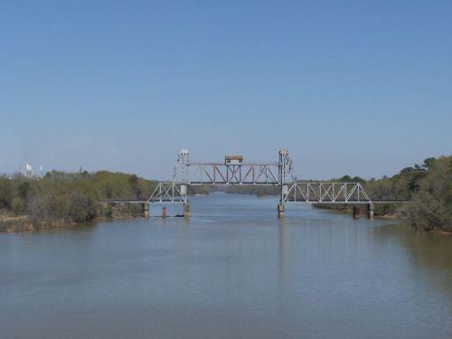Der Chattahoochee River mit einer Eisenbahnbrücke