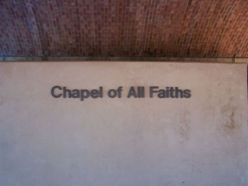Eine Kapelle für alle Glaubensrichtungen ist neben seinem Grab zu finden