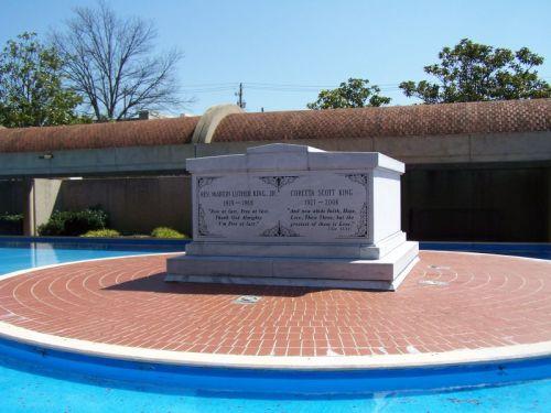 Die Grabstätte - links liegt Martin Luther King jr, rechts seine Frau