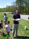 Jordan, einer der Pastoren, erklärt Frisbee-Golf