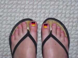 Deutschlandfarben auf den Zehen