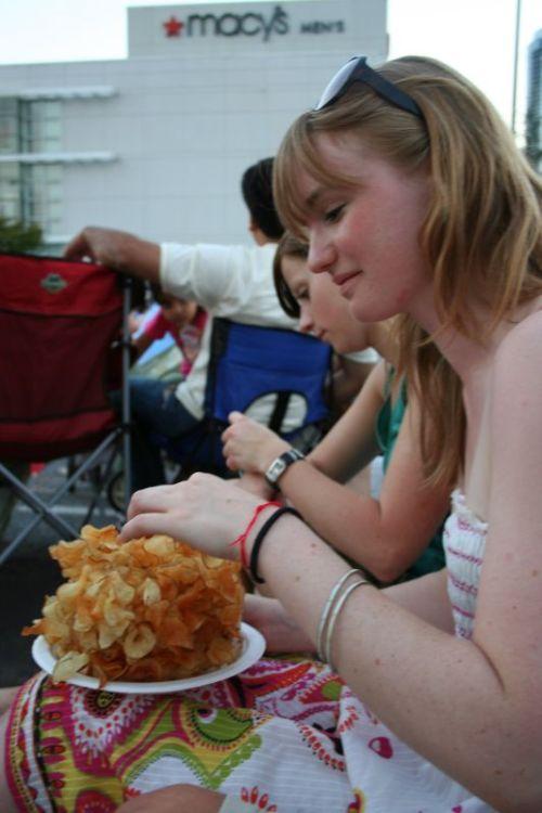 Anita isst einen Berg von Chips