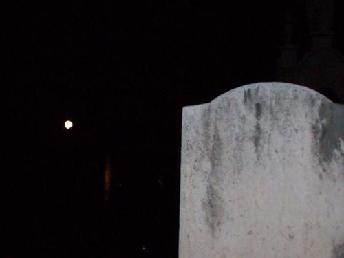 Vollmond auf dem Friedhof