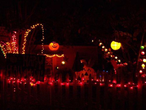 Ein für Halloween geschmücktes Haus in der Nachbarschaft